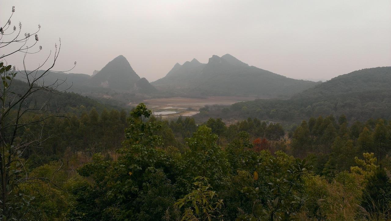 從礦山山頂遠眺湖泊