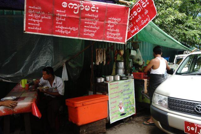 路邊大排檔,賣的是炒飯和炒麵,十分「中式」。