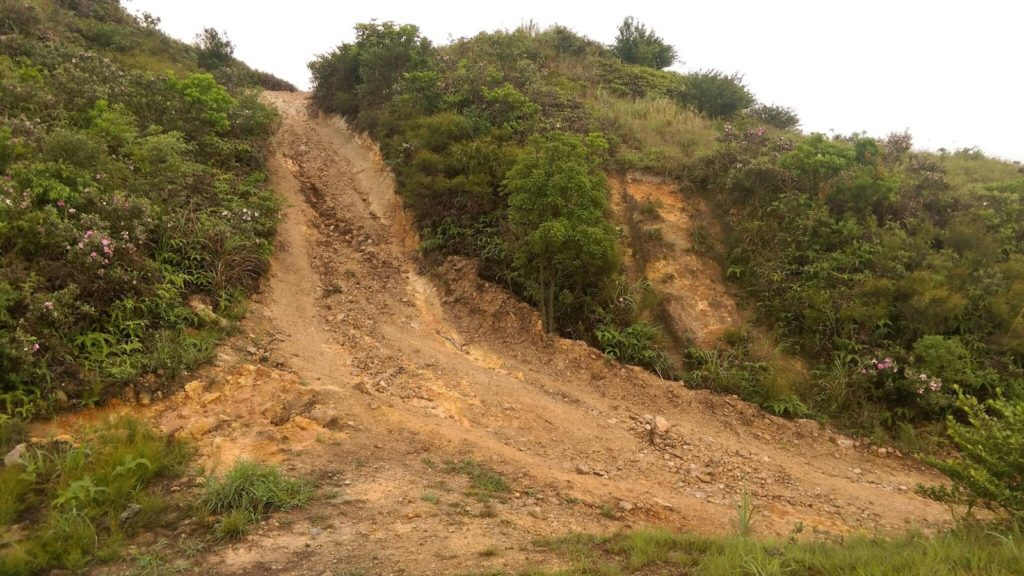 過去嚴重風化的舊軍路,近月已被泥石填平,單車可安全從紅花嶺山坳滑下至馬路。
