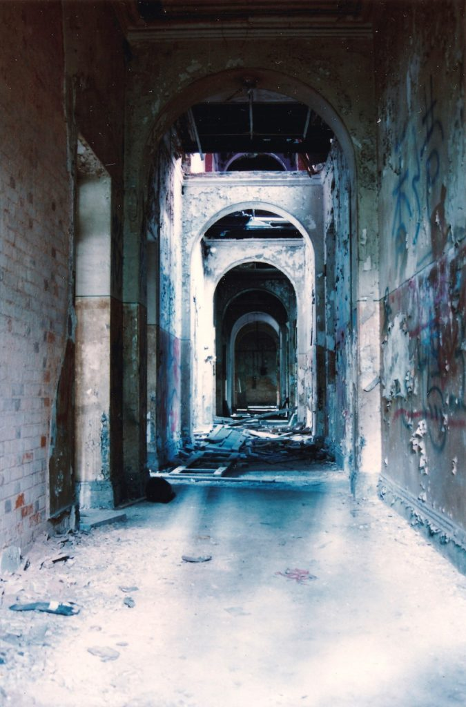 地下天花倒塌,從下可望到二樓。