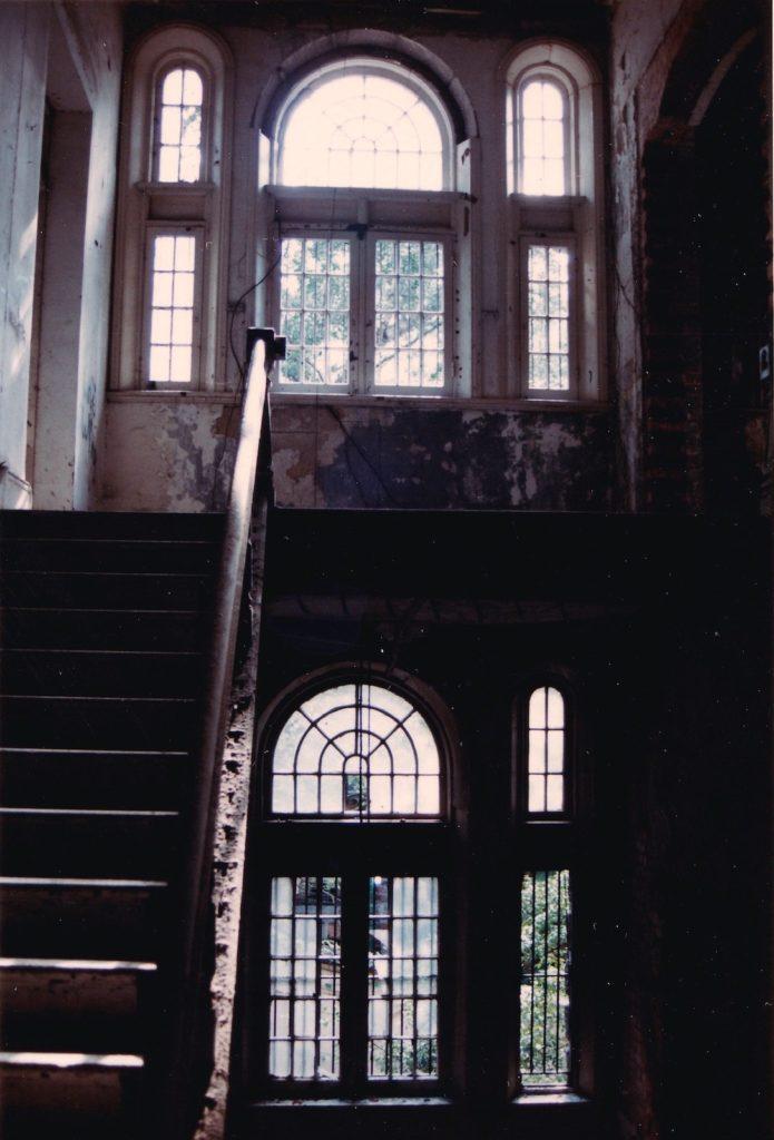 主樓梯。窗外是內庭。紅磚建築是與「鬼屋」相連的域多利精神病院。