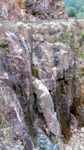 引水道最狹窄一段只有十幾厘米闊,旁面是超過 50 米深的懸崖,只能膽顫心驚地推車而過。