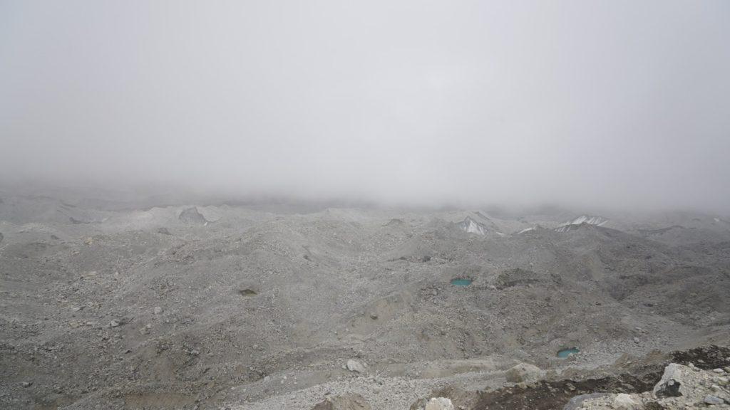 冰川上孤獨的小水潭。